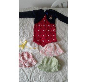 Kit para bebês ! Macacão que veste de 9 à 12 meses. 4 chapéus para bebês!