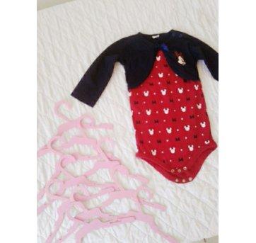 Kit com 10 cabides e macacão que veste de 9 à 12 meses.